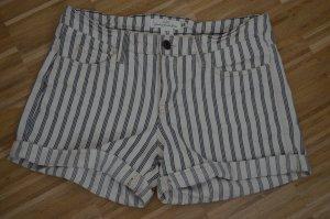 Süße Shorts mit Streifen