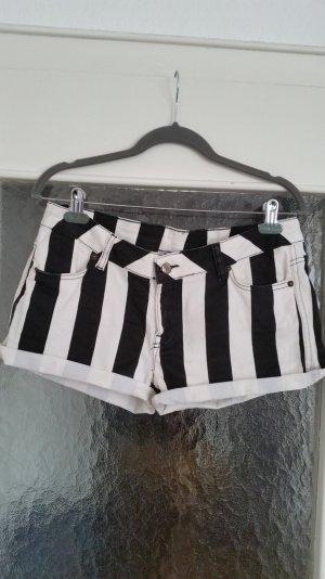 Süße Shorts von Seven Sisters. Schwarz & weiß gestreift. Taschen vorne & hinten
