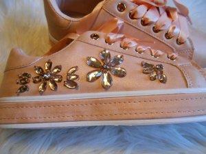 süße Sneaker Lachsrosa / Hellrosa mit Strassblumen &  Satinband NEU
