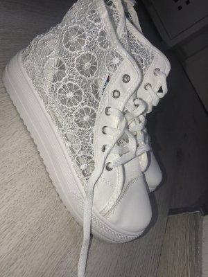 Süße sportliche Schuhe