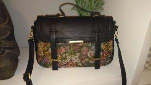 Süße Tasche von Six in schwarz mit Blumenmuster