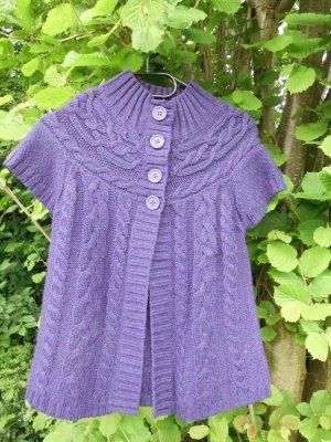 Süße violette Strickjacke