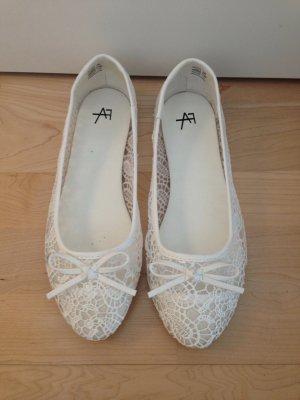 Süße weiße Ballerinas mit floralem Muster