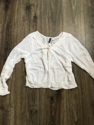 Süße weiße lockere Bluse