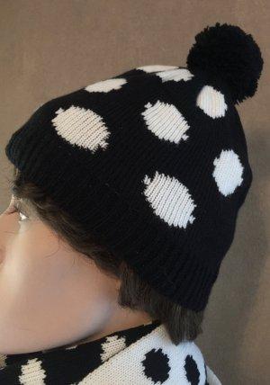 Süße Wollmütze schwarz mit weißen Punkten und Bommel