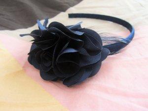 Süßer blauer Haarreif mit einer dicken Blume