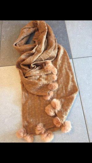 Süßer camelfarbiger Schal mit Fell