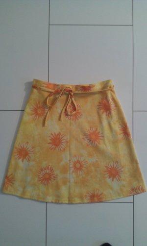 süßer gelber Rock mit orangefarbenen Blumen