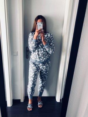 süßer gemütlicher grau weißer Zwei Teiler Pyjama Jogging Anzug