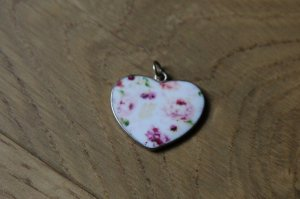 Süßer goldener Herz-Anhänger mit rosanem Blumenmuster NEU