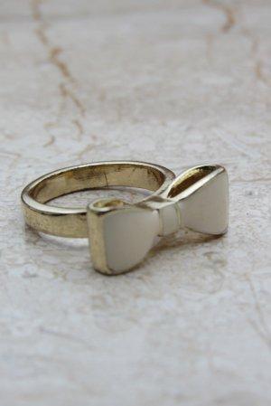 Süßer, goldener Ring mit Schleife