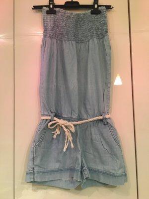 Süßer kurzer Jumpsuit aus leichtem Jeansmaterial