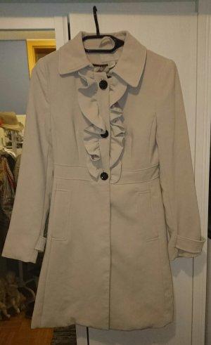 Süßer Mantel von H&M mit Rüschen.