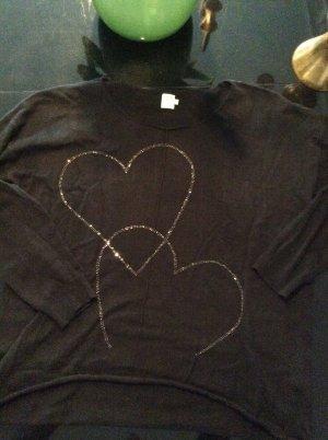 Süßer schwarzer Pullover mit Herzen