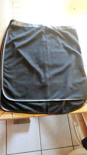Süßer schwarzer Rock mit seitlichen Ledereinsätzen von OPUS