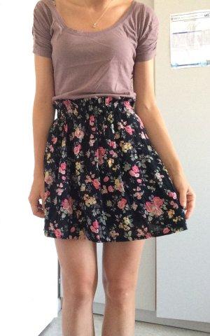 Süßer Sommerrock mit Blumen