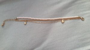 süßes Armbändchen mit Perlen und Anhängern