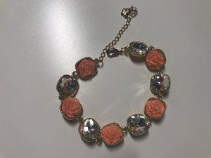 Süßes Armband mit Blumen und Steinen