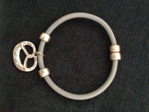 Süßes Armband mit Brezelanhänger