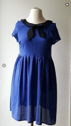 Süßes blaues Kleid mit Kragen