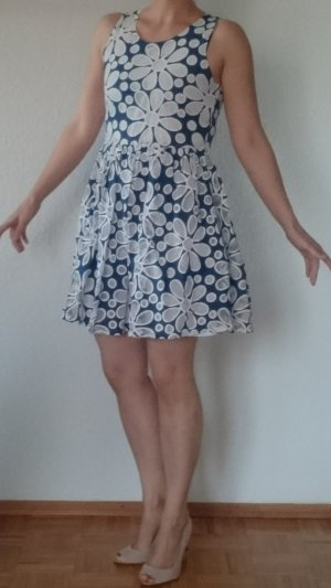 Süßes Blumenkleid blau mit weiß