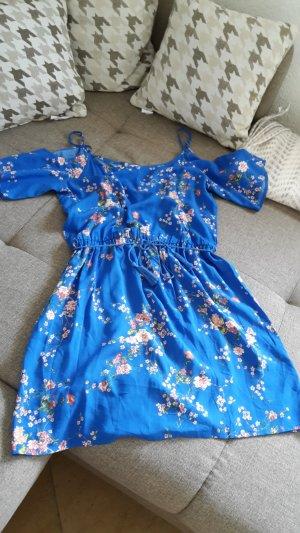 süßes blumiges Sommerkleid
