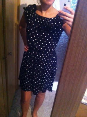 Süßes dunkelblaues knielanges Kleid mit weißen Punkten