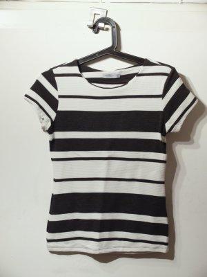 Süßes eng anliegendes Streifen-Shirt