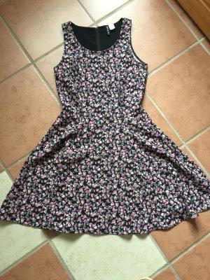 Süßes geblümtes Kleid