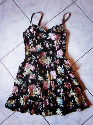 Süßes geblümtes Sommerkleid