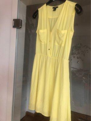 Süßes gelbes Kleid