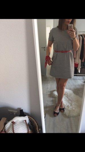 Süßes gestreiftes Kleid
