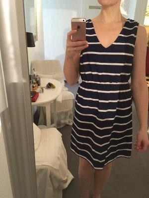Süßes gestreiftes Sommerkleid