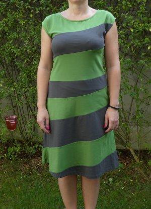 Süßes grün-schwarzes Streifenkleid aus weichem Jersey - sehr bequem!
