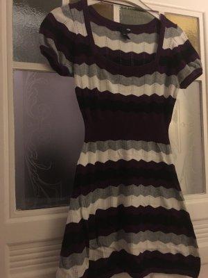 Süßes H&M Winterkleidchen in violett-schwarz-weiss gestreift