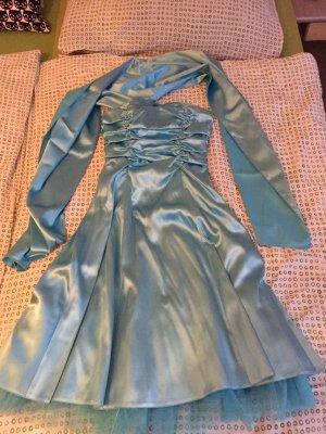 Süßes hellblaues Kleid aus Satin