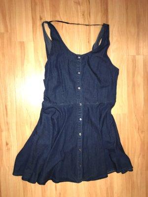 Süßes Jeanskleid mit Knopfleiste