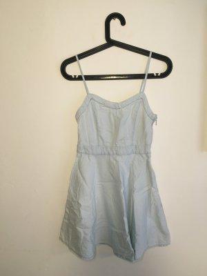 Süßes Jeanskleid mit sexy Rückenausschnitt