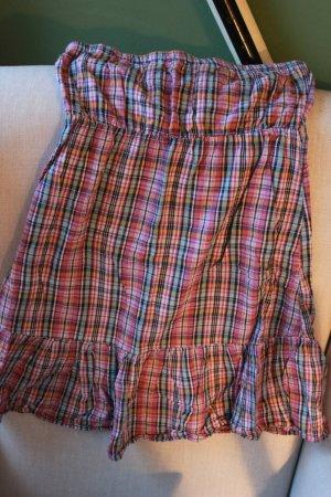 Süßes kariertes Kleid