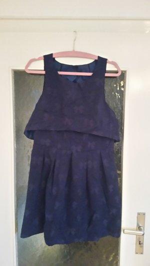 Süßes Kleid in Lagenoptik asos mit tollem Rückenausschnitt und tonalem Schleifenprint.