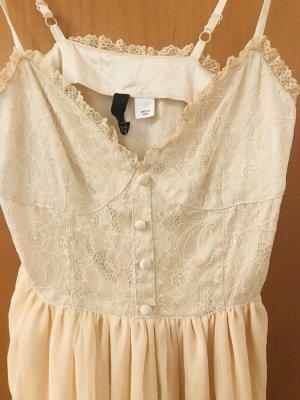 Süßes Kleid in zartem Lachs