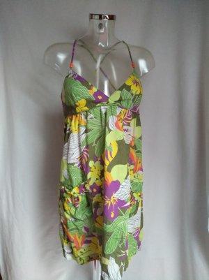 süßes Kleid mit Blumen und Taschen