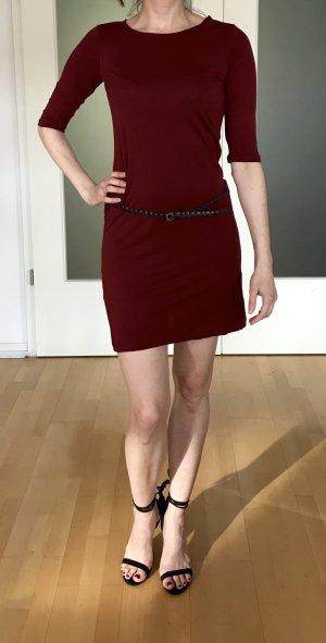Süsses Kleid mit geflochtenem Gürtel in Dunkelrot von Sessun