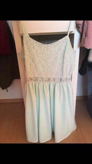 Süßes Kleid mit kleinem Cut out