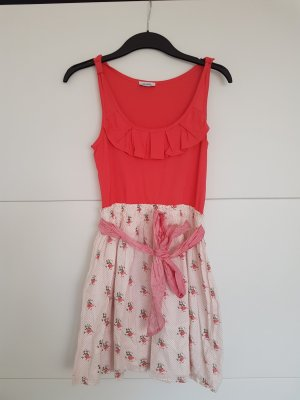 Süßes Kleid mit kleinen Blümchen