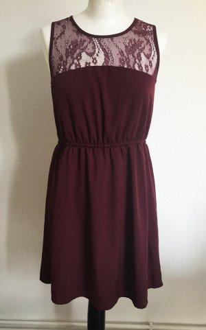 Süßes Kleid mit Spitze in Bordeaux