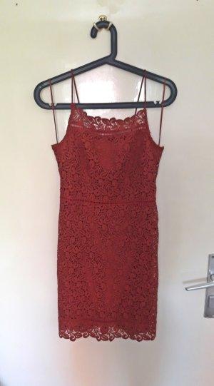 Süßes Kleid mit Spitze in coolem Rostrot