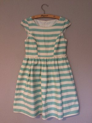 Süßes Kleid mit Streifen