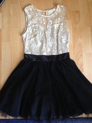 Süßes Kleid mit Tüllrock und Rückenausschnitt