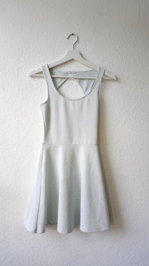 Süßes Kleid vonBershka mit Waffle-Print und Rückenausschnitt